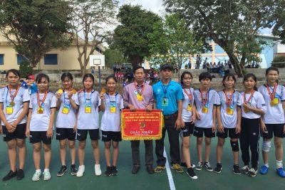 """Chúc mừng Đội tuyển Bóng ném nữ nhà trường cùng với HLV: thầy Phan Xuân Tân đã đạt thành tích cao """"HUY CHƯƠNG VÀNG"""" (Giải nhất) tại HKPĐ cấp tỉnh lần thứ 14 năm học 2017 – 2018."""